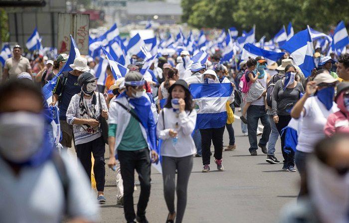 Unas 1.000 personas se manifestaron hoy en la capital de Nicaragua para exigir que cese la represión y la violencia que mantiene el Gobierno de Daniel Ortega desde el pasado 18 de abril contra el levantamiento popular en protesta por la gestión del mandatario. EFE/Jorge Torres