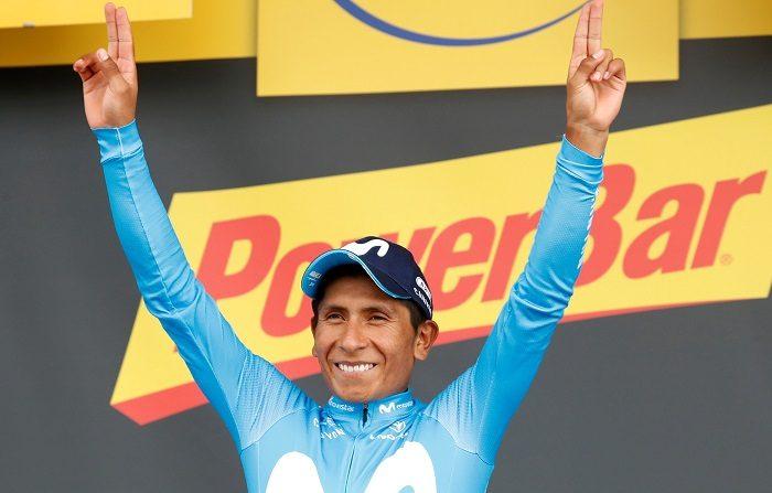 El ciclista colombiano Nairo Quintana, del equipo Movistar, celebra en el podio su victoria de la decimoséptima etapa del Tour de Francia, una carrera de 65km entre las localidades de Bagneres-de-Luchon y Saint Lary Soula, en Francia, hoy, 25 de julio de 2018. EFE/ SEBASTIEN NOGIER