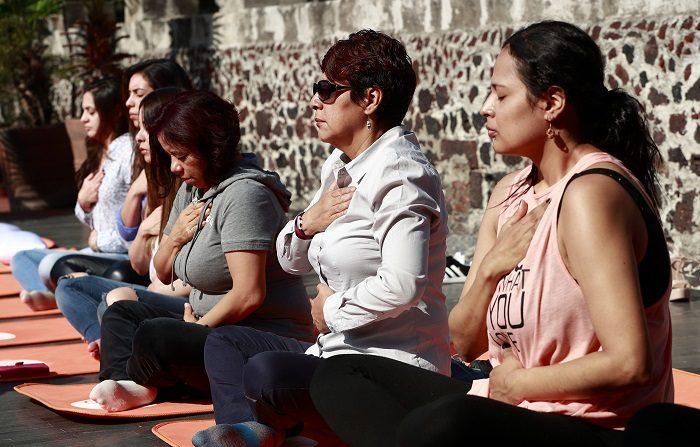 Un grupo de periodistas toma una clase de técnicas de respiración de yoga previo a una rueda de prensa, en Ciudad de México (México) hoy, viernes 27 de julio de 2018. Científicos mexicanos presentaron hoy una nueva opción de tratamiento para la Enfermedad Pulmonar Obstructiva Crónica (EPOC) que combina esteroides inhalados y broncodilatadores para reducir en un 35 % el riesgo de exacerbaciones graves producidas por esta dolencia. EFE/José Méndez.