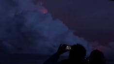 Imágenes del momento en que la lava golpea un barco turístico en Hawái