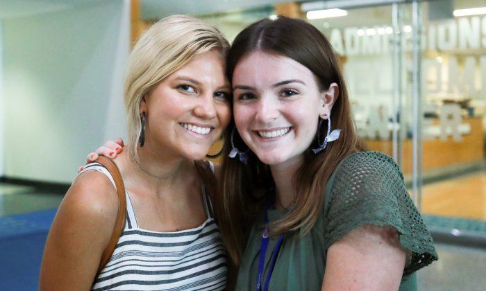 Lexi Hamel (Iz.) y Heather Condie, ambas de 18 años de edad, asisten a la Cumbre de Liderazgo de Escuelas Secundarias, un evento de Turning Point USA, en la Universidad George Washington, en Washington, el 26 de julio de 2018. (Charlotte Cuthbertson/La Gran Época)
