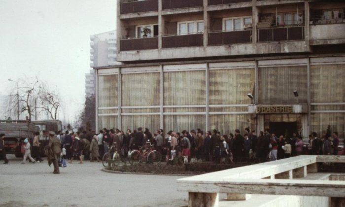 Gente haciendo fila para el aceite de cocinar en Bucarest, en la Rumania comunista en 1986. (Foto cortesía de Scott Edelman)