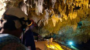 """""""Lo hacemos bien de corazón"""": 2000 voluntarios limpian los alrededores de la cueva de Tailandia"""