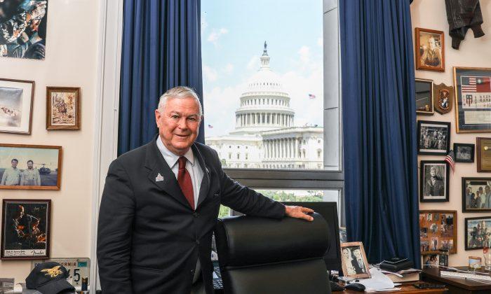 El congresista Dana Rohrabacher (R-Calif.) posa en su oficina en Rayburn House en Washington el 26 de julio de 2018. (Samira Bouaou/La Gran Época)