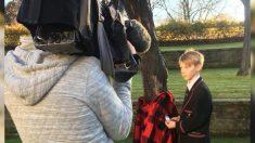 Este niño tiene una idea ingeniosa para ayudar a las personas sin hogar atando abrigos a los árboles