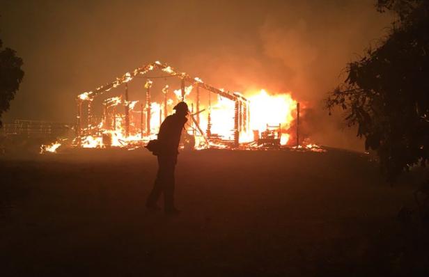 Casas arden en agresivo incendio de California: 2200 evacuados en Santa Bárbara