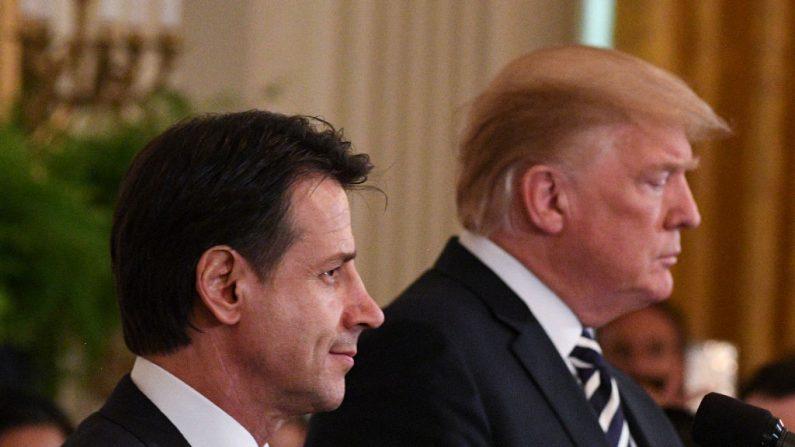 El presidente de Estados Unidos, Donald Trump (der), y el primer ministro italiano, Giuseppe Conte (iz), durante una conferencia de prensa conjunta en la Sala Este de la Casa Blanca el 30 de julio de 2018 en Washington, DC. (JIM WATSON/AFP/Getty Images)