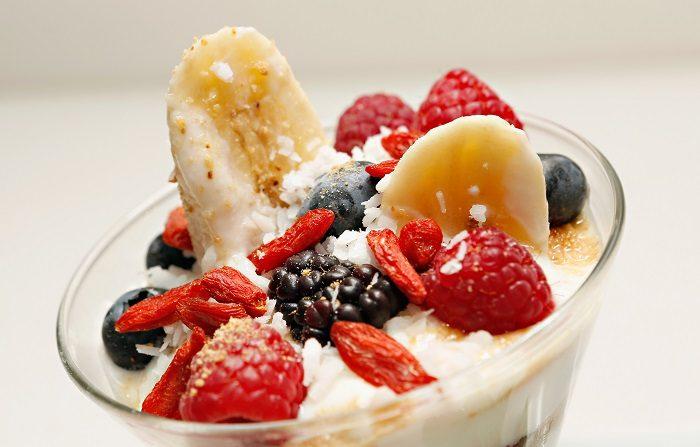 """Una vista de un Banana Yogurt Split with Berries and Coconut creado exclusivamente para el evento """"Mamá residente"""" del año en la ciudad de Nueva York. (Foto de Cindy Ord/Getty Images para Cat Cora)"""