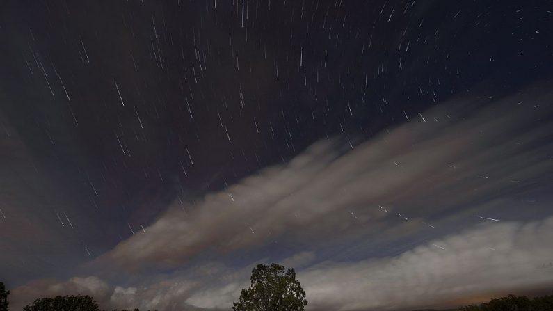 La lluvia de meteoritos perséidos (o lluvias de estrellas) ocurre cada año, cuando la Tierra pasa a través de los escombros y el polvo del cometa Swift-Tuttle. FOTOGRAFÍA AFP / DANI POZO (El crédito de la foto debe leer DANI POZO/AFP/Getty Images)
