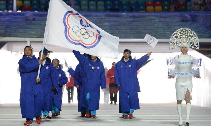 El patinador de velocidad de Taiwán, Sung Ching-Yang, encabeza la delegación nacional durante la ceremonia de apertura de los Juegos Olímpicos de Invierno de Sochi en el Estadio Olímpico de Fisht en Sochi, Rusia, el 7 de febrero de 2014. (Andrej Isakovic/AFP/Getty Images)