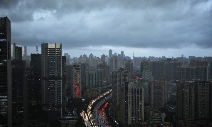 Nubes oscuras cubren el horizonte de la ciudad de Guangzhou en la provincia china de Guangdong, el 22 de mayo de 2014. (VCG vía Getty Images)