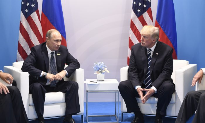 Donald Trump y Vladimir Putin en una reunión durante la Cumbre del G-20 en Hamburgo, Alemania, el 7 de julio de 2017. (SAUL LOEB/AFP/Getty Images)