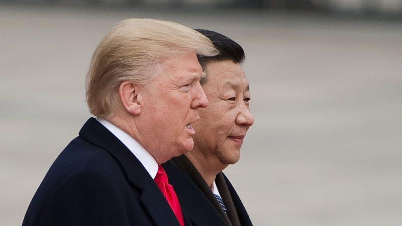 El presidente de EE. UU., Donald Trump, y el mandatario chino, Xi Jinping, en una ceremonia de bienvenida en el Gran Salón del Pueblo en Beijing el 9 de noviembre de 2017. (Nicolas Asfouri/AFP/Getty Images)