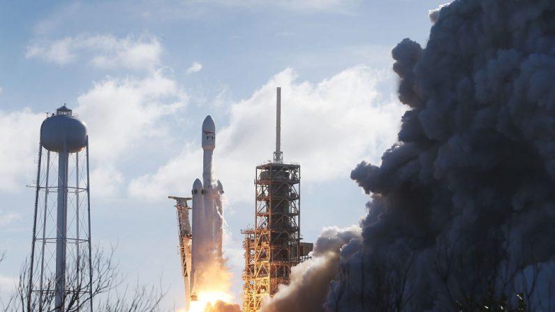 El cohete SpaceX Falcon Heavy despega de la plataforma de lanzamiento 39A en el Centro Espacial Kennedy en Cabo Cañaveral, Florida. (Foto de Joe Raedle/Getty Images)