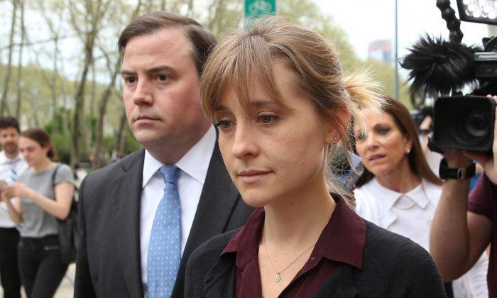 La actriz Allison Mack abandona el Tribunal del Distrito Este de Estados Unidos después de una audiencia de libertad bajo fianza relacionada con los cargos de tráfico sexual presentados en su contra, el 4 de mayo de 2018. (Jemal Countess/Getty Images)