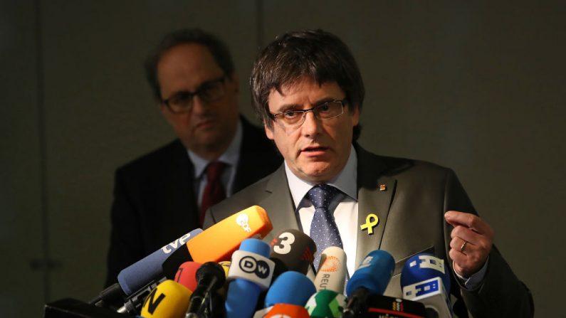 El líder catalán Quim Torra (izq.) y el catalán Carles Puigdemont hablan con los medios de comunicación el 15 de mayo de 2018 en Berlín, Alemania. (Foto de Sean Gallup/Getty Images)