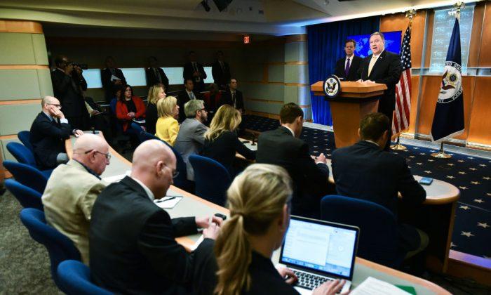 El Secretario de Estado de los Estados Unidos, Mike Pompeo, se refiere a la publicación del Informe Anual 2017 sobre Libertad Religiosa Internacional, el 29 de mayo de 2018, en la Sala de Prensa del Departamento de Estado de los Estados Unidos, en Washington, DC. (Mandel Ngan/AFP/Getty Images)