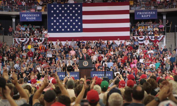 El presidente de EE. UU., Donald Trump se dirige a sus simpatizantes en un acto de campaña en el estadio Amsoil en Duluth, Minnesota, el 20 de junio de 2018. (Scott Olson/Getty Images)