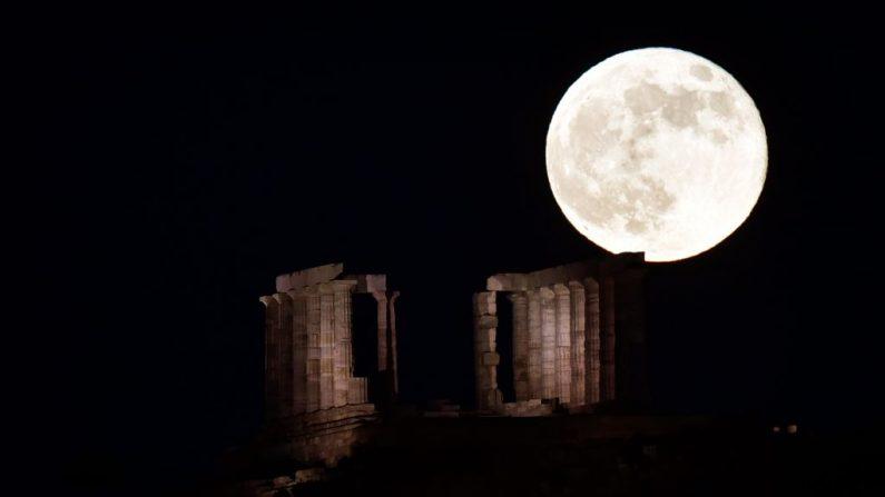 La luna llena sale detrás de Templo al sur de Atenas. (Foto de LOUISA GOULIAMAKI / AFP) (El crédito de la foto debe leer LOUISA GOULIAMAKI/AFP/Getty Images)
