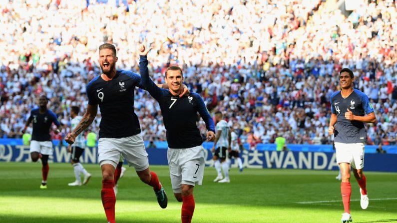 Antoine Griezmann de Francia celebra con su compañero de equipo Olivier Giroud después de anotar el primer objetivo de su equipo durante el partido entre Francia y Argentina en Kazán el 30 de junio de 2018 en Kazán, Rusia. (Shaun Botterill /Getty Images)