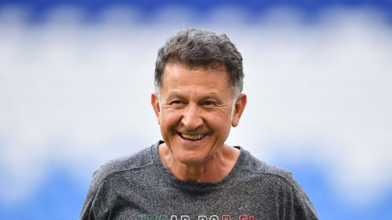 Juan Carlos Osorio, entrenador de México, gesticula durante un entrenamiento en el Samara Arena antes del partido de octavos de final contra Brasil el 1 de julio de 2018 en Samara, Rusia. (Foto de Hector Vivas/Getty Images)