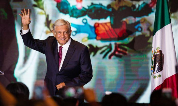 Andrés Manuel López Obrador saluda a los asistentes después de su victoria en las elecciones presidenciales de México, en el Hotel Hilton de la Ciudad de México, el 1 de julio de 2018. (Manuel Velásquez/Getty Images)