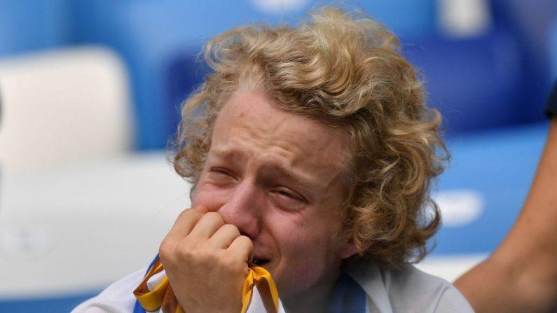 Un seguidor uruguayo reacciona a su derrota en el partido de cuartos de final de la Copa Mundial Rusia 2018 entre Uruguay y Francia en el Estadio Nizhny Novgorod el 6 de julio de 2018. - Francia se convirtió en el primer equipo en alcanzar las semifinales de la Copa del Mundo el viernes después de una victoria segura de 2-0 contra Uruguay. (Dimitar DILKOFF / AFP/ Getty Images)