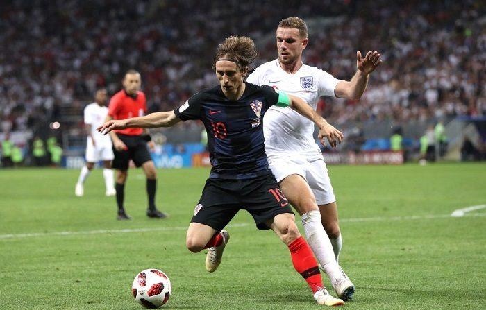 El croata Luka Modric es desafiado por el inglés Jordan Henderson durante el partido de semifinales de la Copa Mundial de la FIFA Rusia 2018 entre Inglaterra y Croacia en el Estadio Luzhniki el 11 de julio de 2018 en Moscú, Rusia. (Foto de Ryan Pierse/Getty Images)