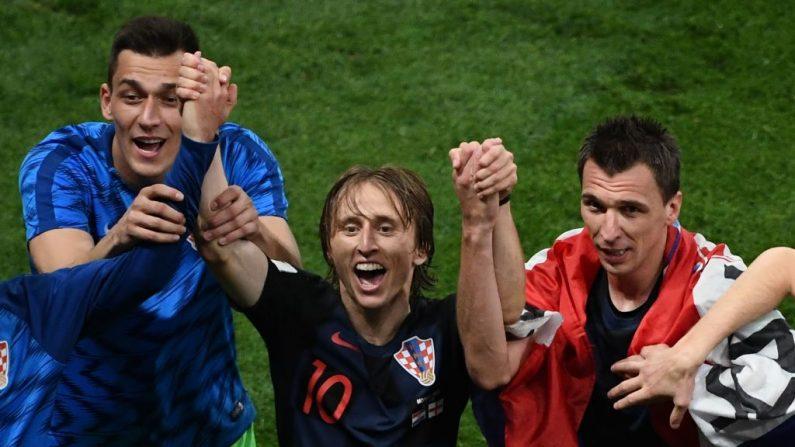 El centrocampista croata Luka Modric (Centro) y el delantero croata Mario Mandzukic (der) celebran después de ganar el partido de semifinales de la Copa Mundial Rusia 2018 entre Croacia e Inglaterra en el Estadio Luzhniki en Moscú el 11 de julio de 2018. (Jewel SAMAD / AFP) / Getty Images)