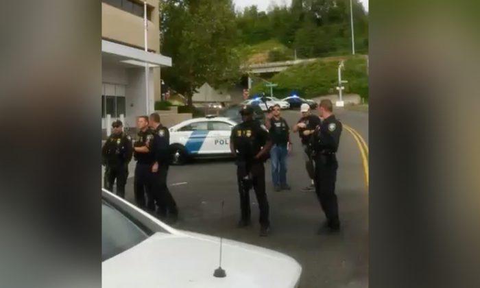 Policía afuera del edificio de Inmigración y Control de Aduanas (ICE) en Portland, Oregon. (Bryant King vía Storyful)