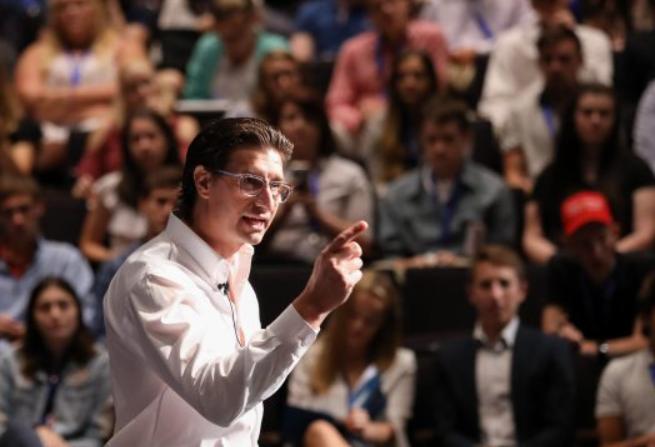 El productor y director Jaco Booyens habla en la Cumbre de Liderazgo de las Escuelas Secundarias, en la Universidad George Washington en Washington el 26 de julio de 2018. (Samira Bouaou / La Gran Época)