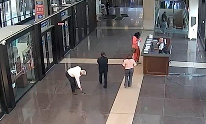 Un video muestra al juez Joseph Claps, de 70 años, aparentemente arrojando una pistola dentro del vestíbulo de un tribunal de Illinois. (Captura de pantalla / Oficina del Sheriff del Condado de Cook a través de Storyful) ShareTweetCompartirEmail