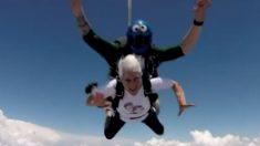 Esta abuela aventurera celebra su 84 cumpleaños saltando de un avión
