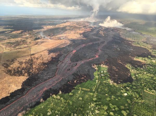 Desbordes de lava del volcán Kilauea causan nuevos incendios en zonas habitadas de Hawái