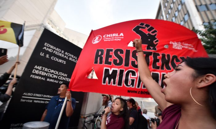 Manifestantes cantan fuera del Centro de Detención Metropolitano donde ICE (Immigration and Customs Enforcement), mantiene a los detenidos, en Los Angles, California. 14 de junio de 2018 (ROBYN BECK/AFP/Getty Images)