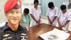 Niños tailandeses rescatados de la cueva homenajean al excomandante que dio su vida para salvarlos
