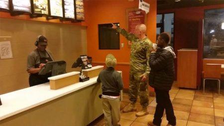 """Generoso soldado compra Taco Bell para dos niños hambrientos y dice era """"mi deber"""""""
