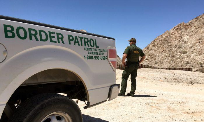 Un agente de la Patrulla Fronteriza en el desierto cerca de Yuma, Arizona., en la frontera de EE. UU.-México, el 25 de mayo de 2018. (Charlotte Cuthbertson / La Gran Época)