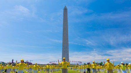 Bajo un cielo luminoso piden poner fin a la oscura persecución a Falun Dafa