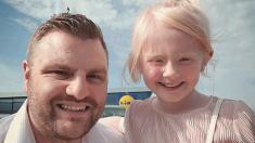 Este hombre saca a su hijastra con albinismo para mostrarle cómo debe ser tratada en el futuro