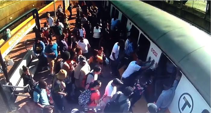 Los viajeros empujan un tren para sacar la pierna de una mujer en la estación de Boston