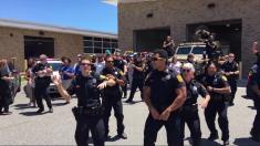 Batalla de canciones entre policías se vuelve viral con esta interpretación épica de Bruno Mars