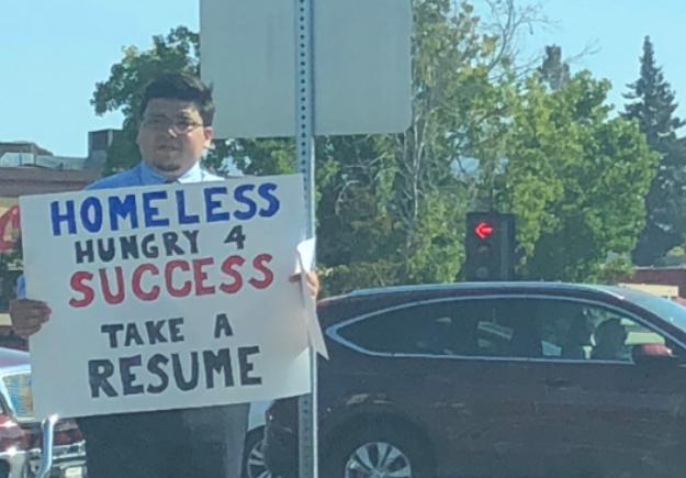 Un hombre sin hogar de 26 años recibió cientos de ofertas de trabajo después de entregar su currículum en la calle en California. (Jasmine Scofield via Storyful)