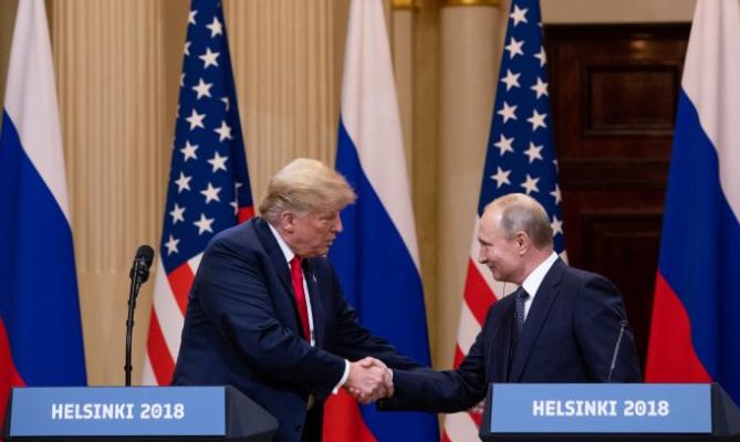 El presidente Donald Trump y el presidente ruso Vladimir Putin celebraron una conferencia de prensa conjunta en el Palacio Presidencial en Helsinki, Finlandia, el 16 de junio de 2018. (Samira Bouaou / La Gran Época)