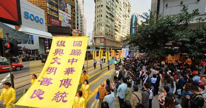 La gente en Hong Kong celebra la renuncia de 300 millones personas al Partido Comunista Chino