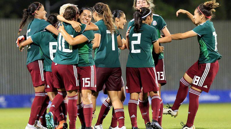 Jugadoras de México celebran al ganar la medalla de oro, el lunes 30 de julio de 2018, en la final entre las selecciones de México y Costa Rica en los XXIII Juegos Centroamericanos y del Caribe 2018 en Barranquilla (Colombia). (EFE/Ricardo Maldonado Rozo)