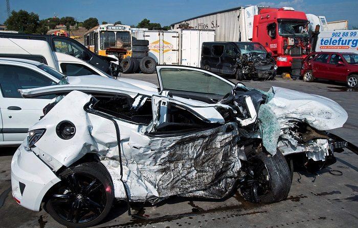 Vista del vehículo donde cuatro personas han muerto y otras dos se encuentran heridas graves como consecuencia de un accidente de tráfico ocurrido entre una furgoneta y un turismo en la carretera C-63, a la altura de Vidreres. EFE