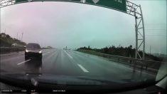 """Esta conductora evita por """"un pelo"""" una trágica colisión en autopista bajo la lluvia"""
