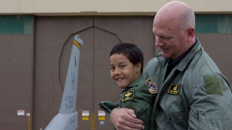 Gabe Adams con su padre Ron Adam en Hill Air Force Base, Utah, el 19 de Oct. 2006. (Crédito: Air Force Reserve Command)