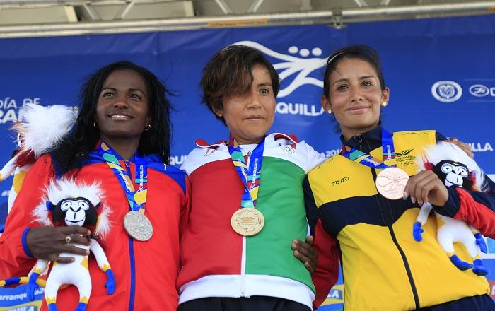 La mexicana Madai Pérez (c), bronce; la cubana Dailin Belmonte (i), plata, y la colombiana Angie orjuela (d), bronce, celebran con sus medallas tras la competencia de maratón femenino en los XXIII Juegos Centroamericanos y del Caribe 2018, en Barranquilla (Colombia). EFE
